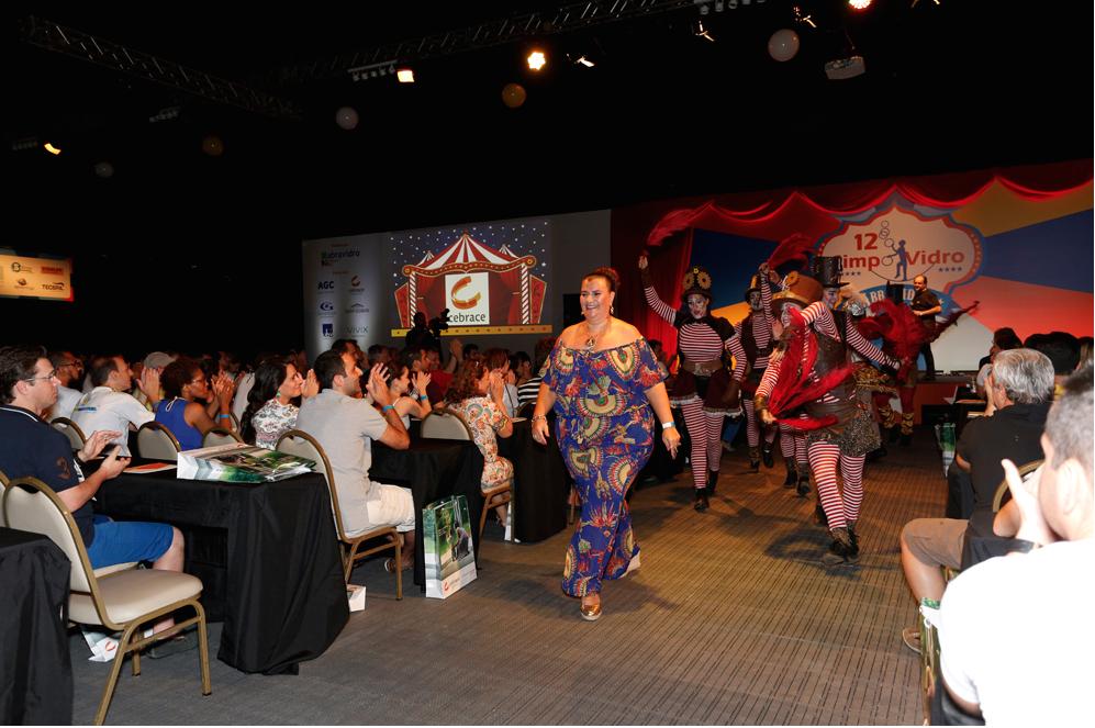 Solange Cruz se apresenta no Simpovidro 2015, um dos mais importantes eventos vidreiros do mundo